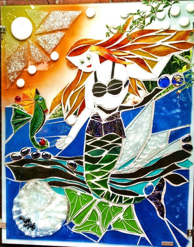 glaskunst, glaskunst galleri, Glaspatch, Glaspatch glaskunst, Mette Enøe, glaskunst udstilling, Den lille havfrue, H.C. Andersen, kunst, kunst udstilling. udendørs kunst, udendørs mosaik, udendørs mosaikker